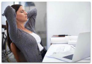 Уставшая женщина за компьютером