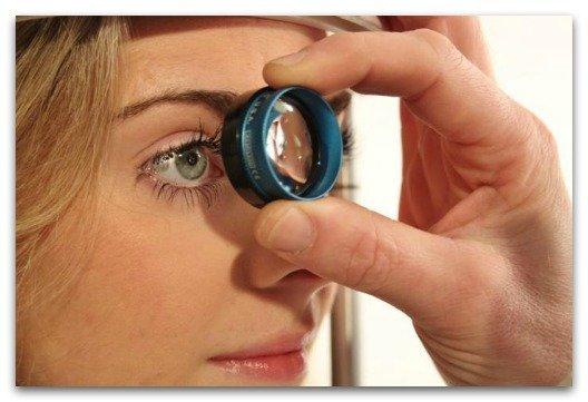 Врач осматривает глаза пациентки