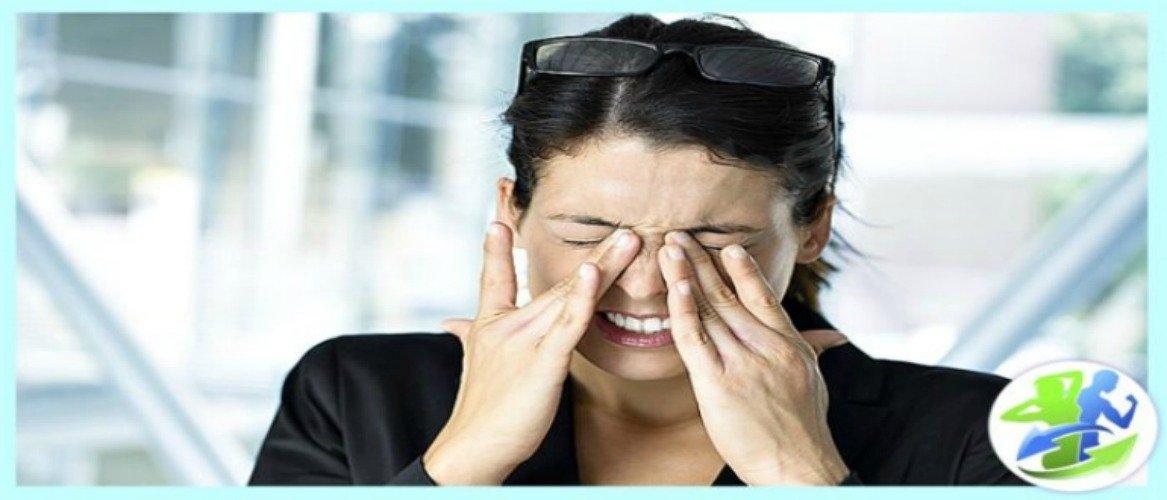 У девушки болят глазные яблоки
