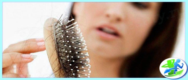 У женщины выпадают волосы