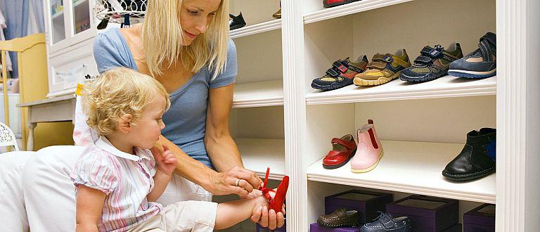 Женщина выбирает обувь ребенку