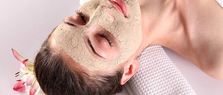 У девушки косметическая маска на лице