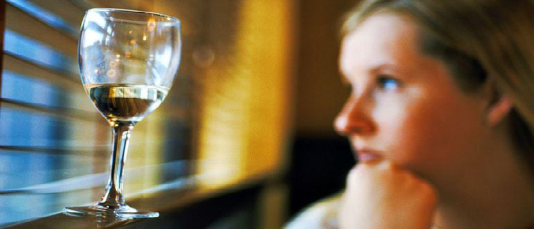 Женщина и рюмка спиртного