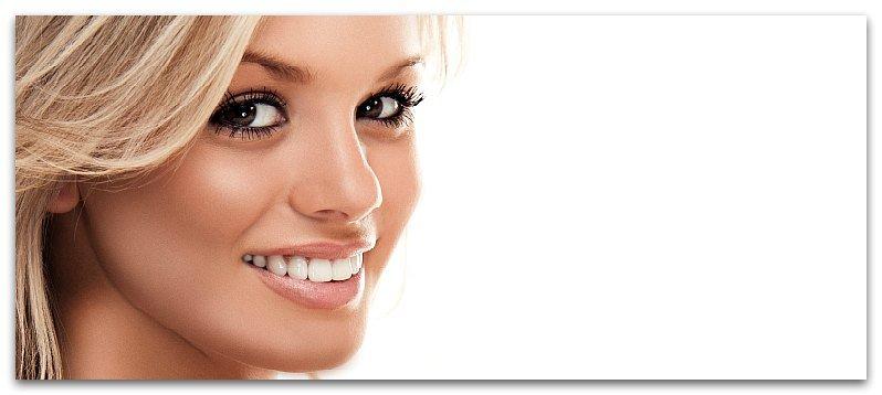 У девушки белоснежная улыбка