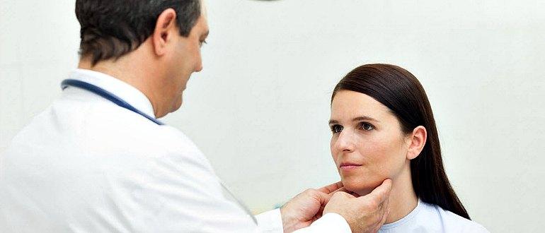 Врач осматривает гортань пациентки