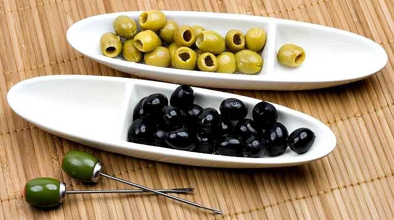 Различие между оливками и маслинами