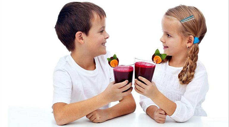 Дети пьют свекольный квас