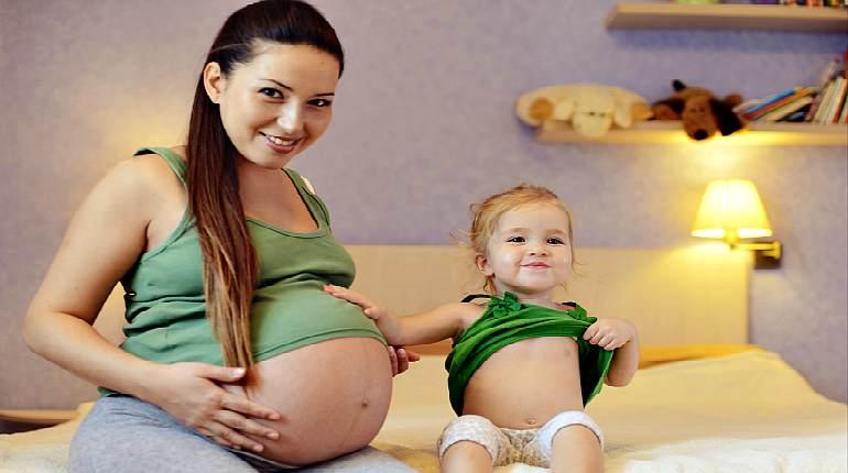 Беременная девушка с ребенком