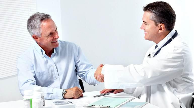 Пациент жмет руку врачу