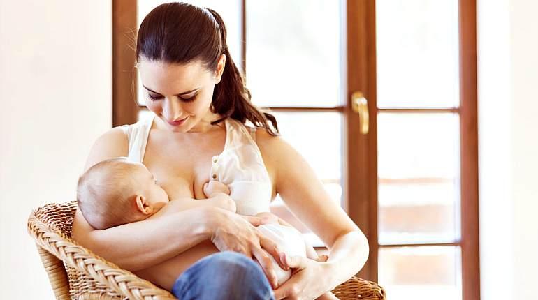 Кормит ребенка грудью