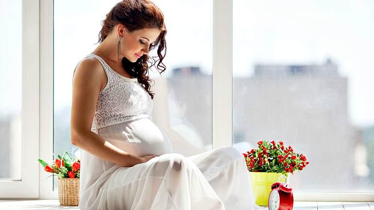 Счастливая беременная девушка