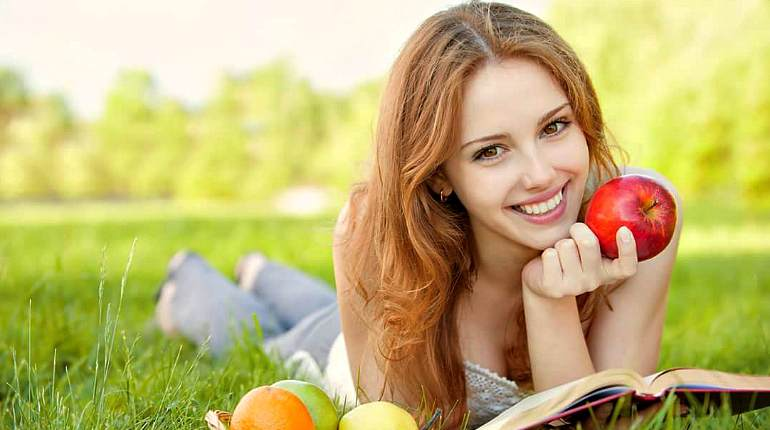 Девушка с яблоком в руках