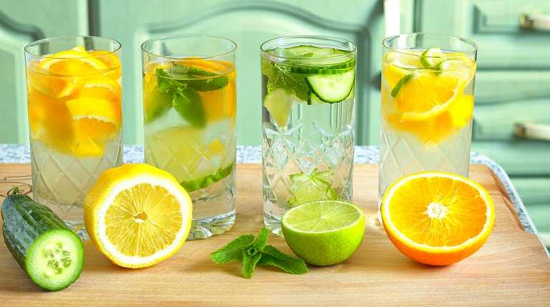 Вода с лимоном, огурцом, апельсином, лаймом