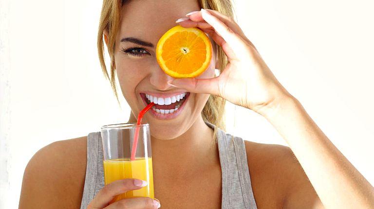 Девушка с апельсиновым соком