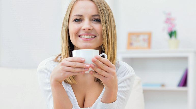 Здоровая девушка пьет чай