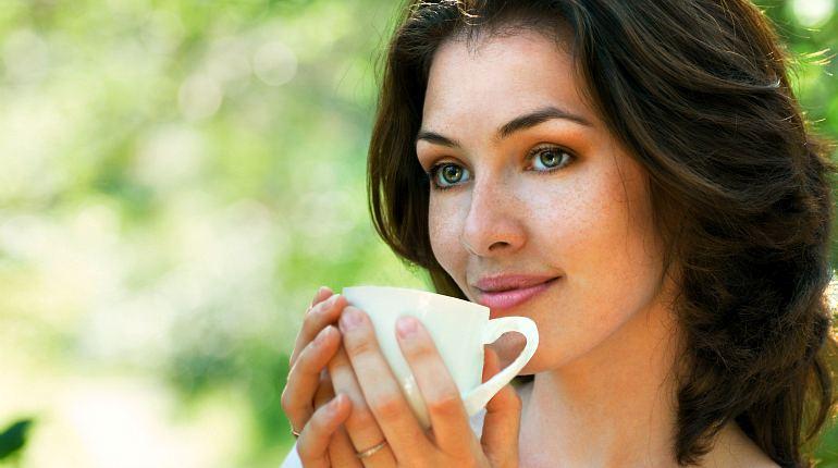 Девушка пьет лечебный чай