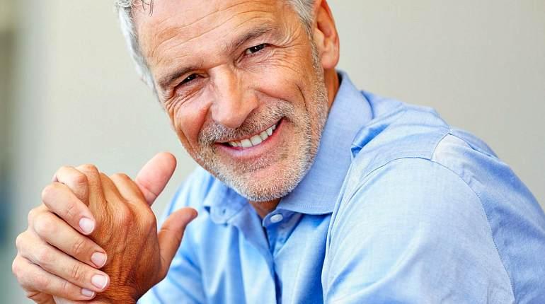 Счастливый пожилой мужчина