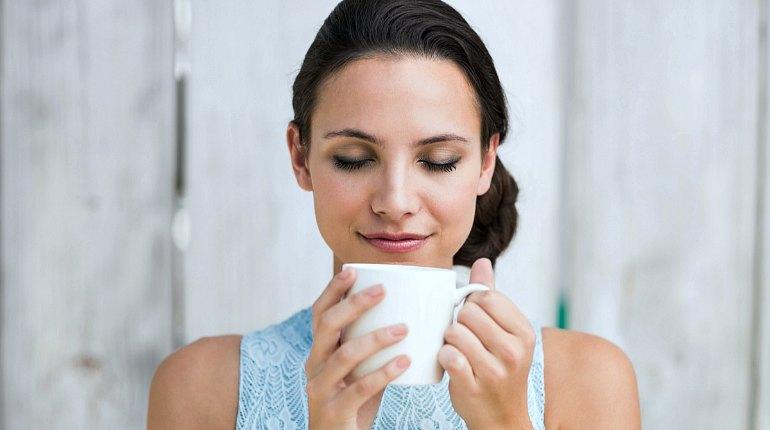 Девушка пьет лекарственный чай