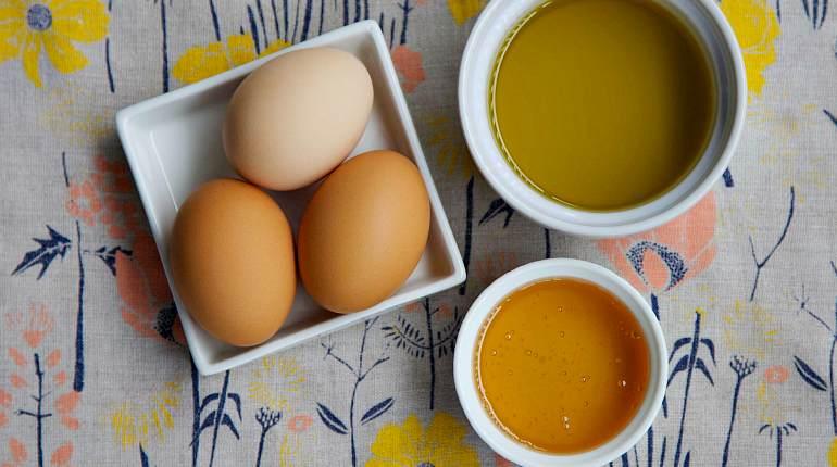 Приготовление яично-медовой маски