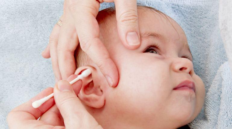 Обработка ушного канала ребенка