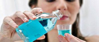 Женщина с голубой жидкостью в руках